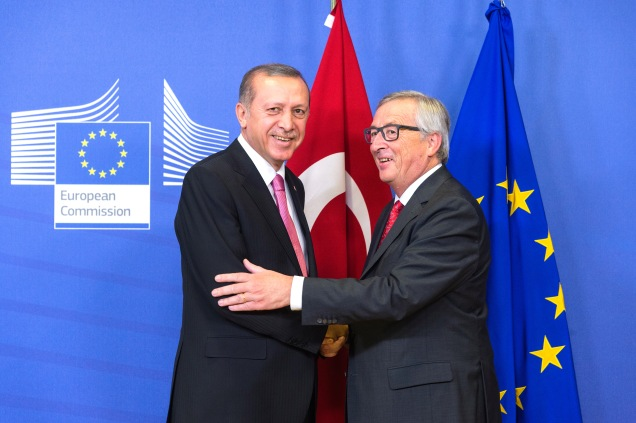 Greeting between Recep Tayyip Erdoğan, on the left, and Jean-Claude Juncker