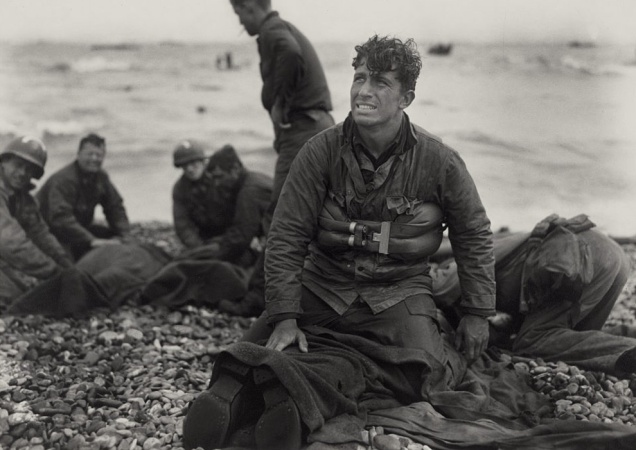 american_soldiers_recover_the_dead_after_d-day
